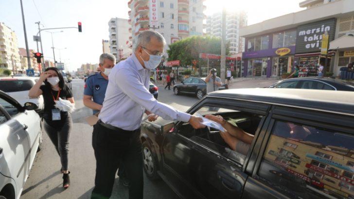Başkan Tarhan Kırmızı Işıkta Maske Dağıttı