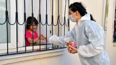 Yenişehir'de Çocuklara Bayram Şekeri Dağıttılar