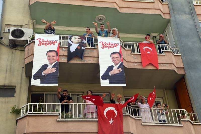 Mersin'de 19 Mayıs Coşkusu Balkonlara Taşıdı